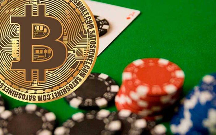 Bitcoin munt op de achtergrond van een poker goktafel
